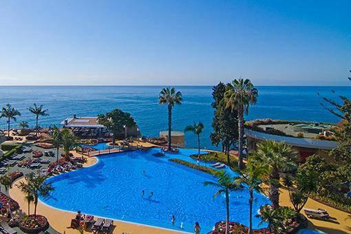 Die Poolanlage des Hotels auf Madeira