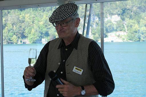 Hans Wiesner stosst auf 50 Jahre Imbach an